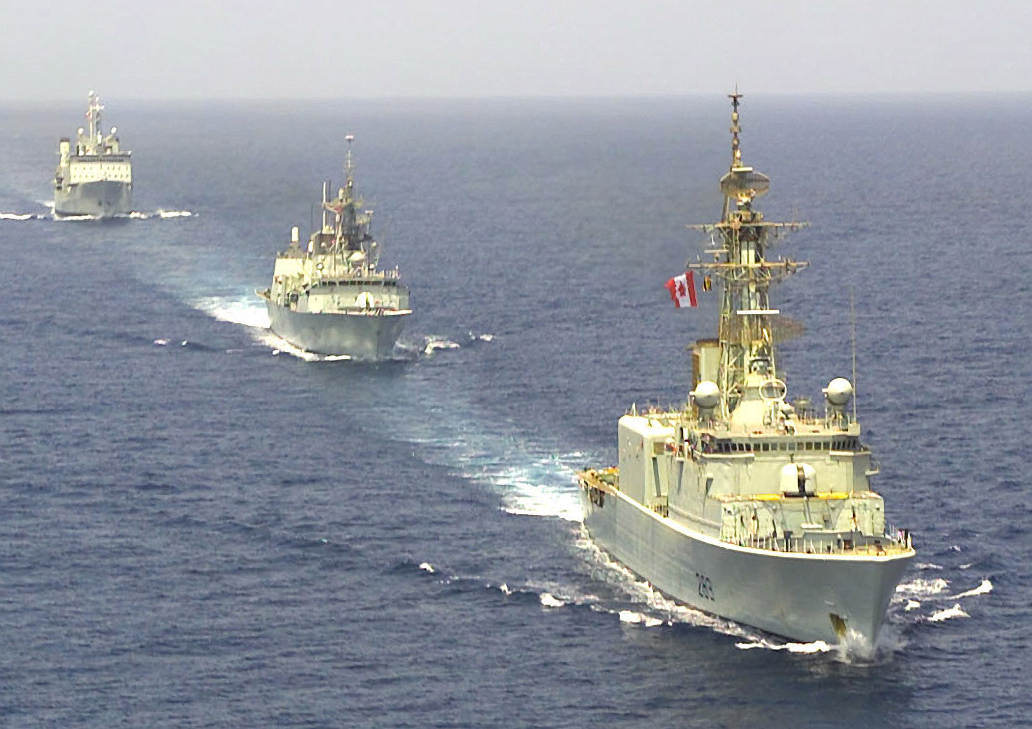 Diapositive - HMCS Algonquin, HMCS St-Johns and HMCS Protecteur in formation in the Gulf of Oman