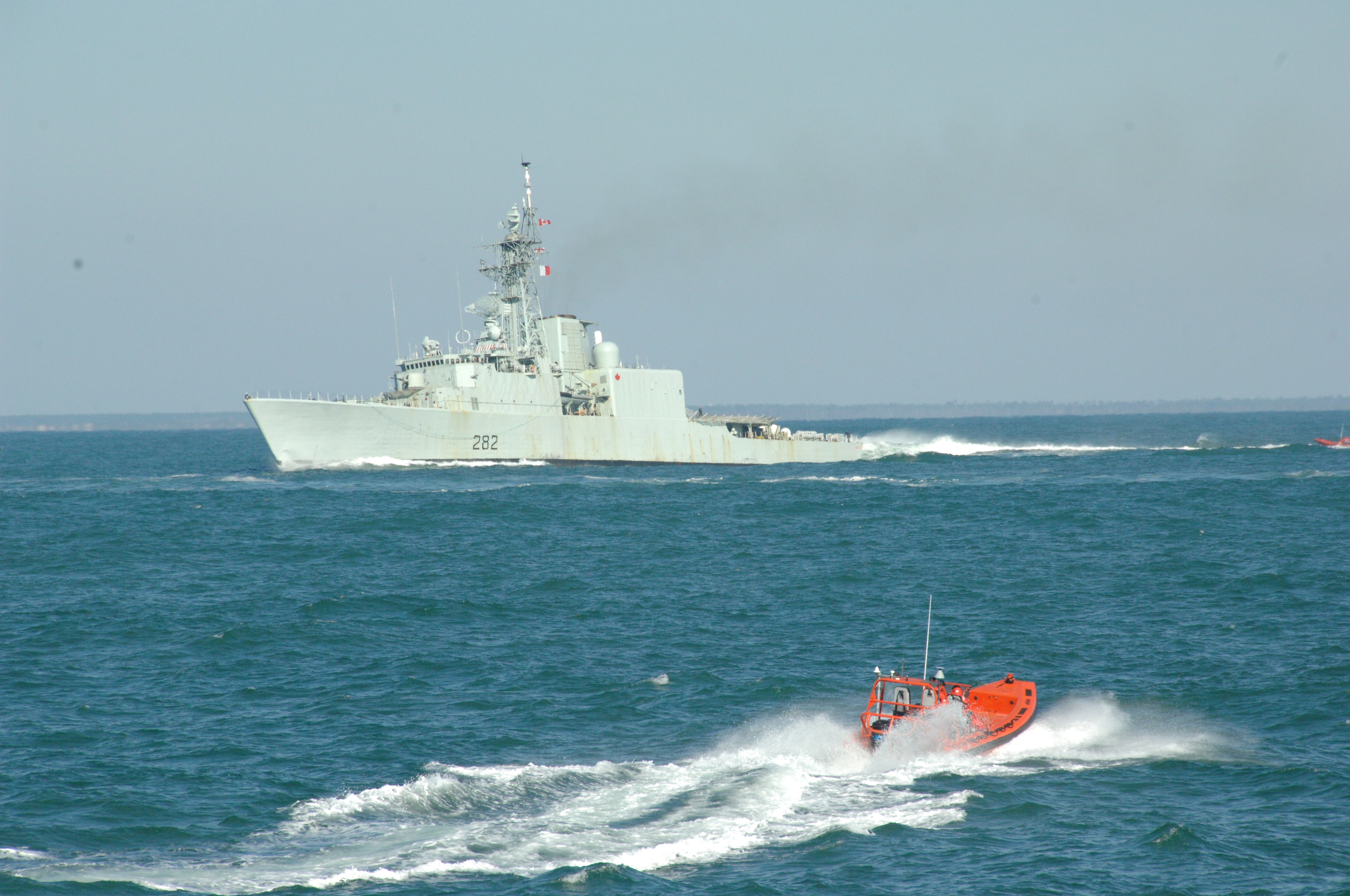 Diapositive - An unidentified vessel commences a simulated attack on the HMCS Athabaskan as part of the ITEE exercise.