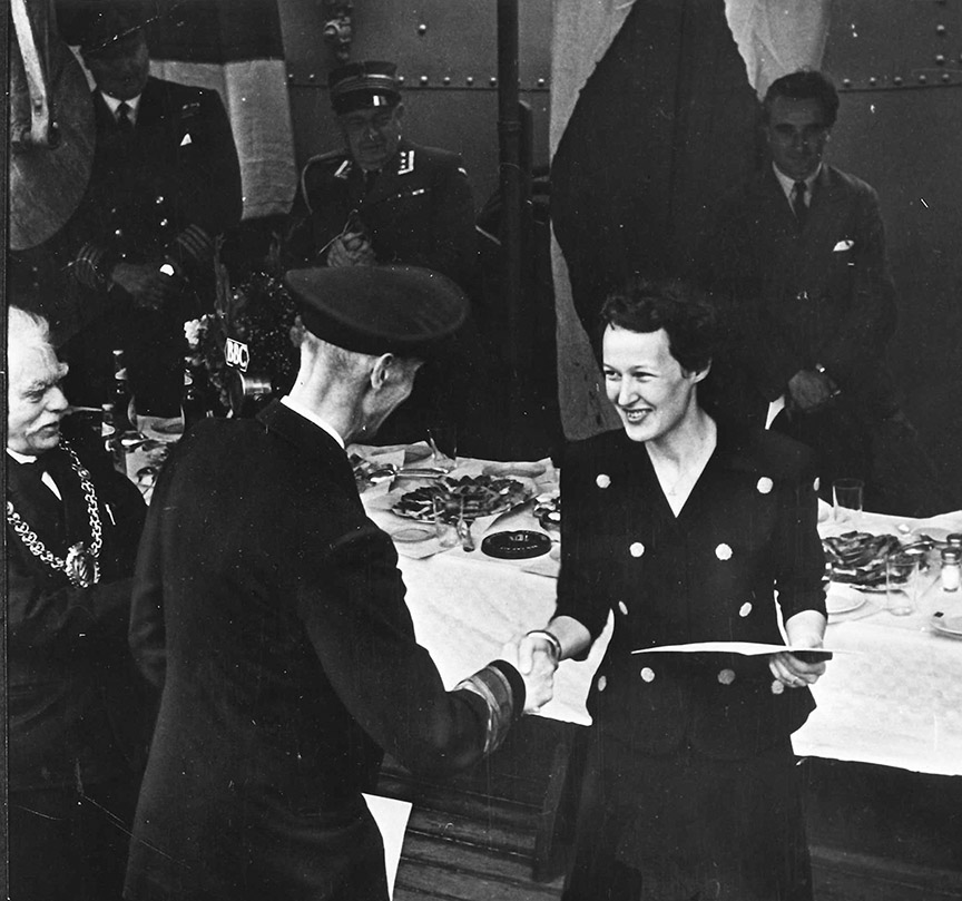 Fern Blodgett Sunde receives the Norwegian War Medal from King Haakon VII of Norway – the first woman ever to receive the honour.