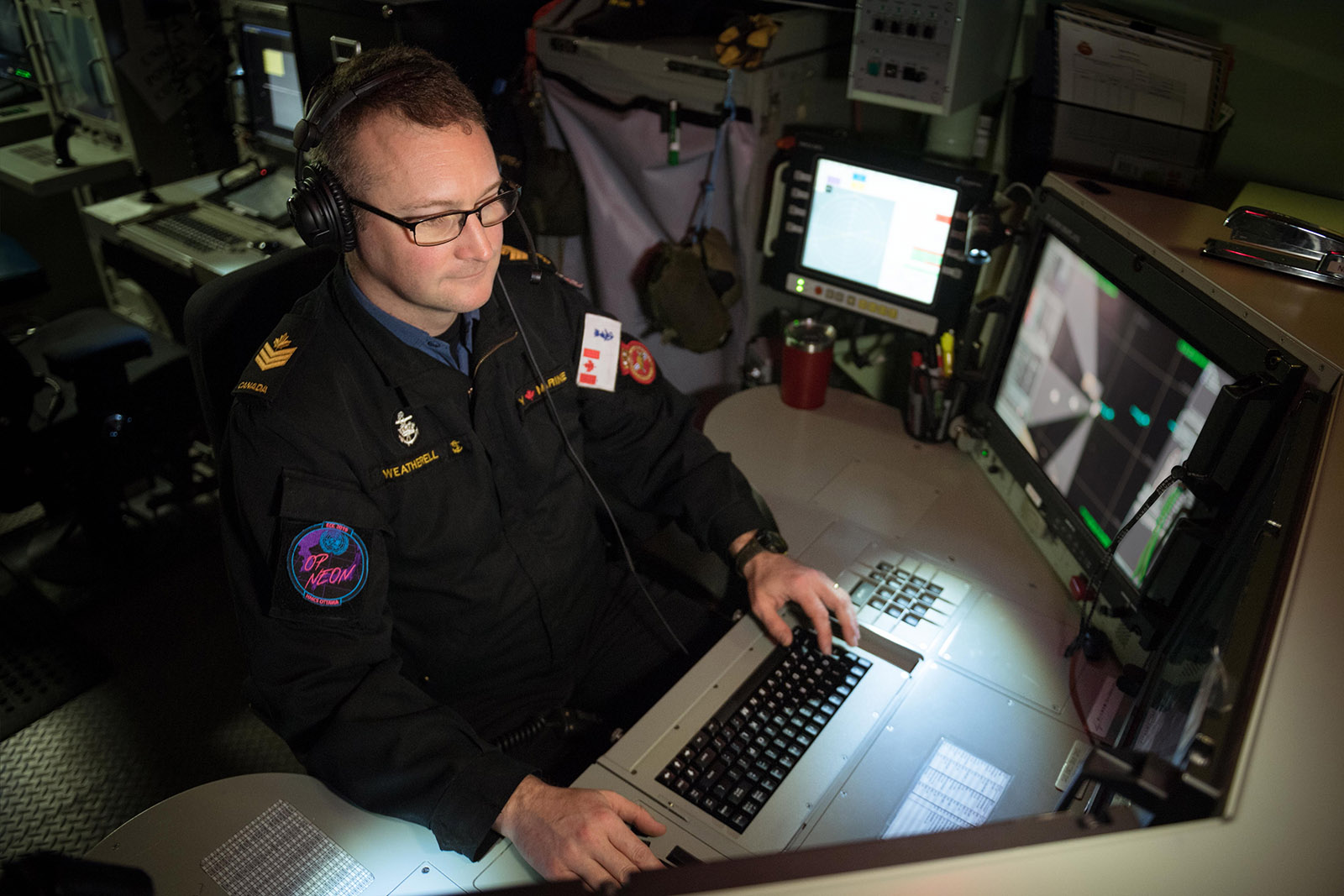 PO2 Scott Weatherell monitors the Multi-Function Workstation at the Electronic Warfare Supervisor Console onboard HMCS OTTAWA during Operation PROJECTION